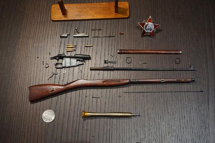 Мужчина сделал легендарную винтовку Мосина в миниатюре (18 фото)
