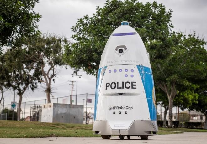 Девушка попросила помощи у робота-полицейского (2 фото)