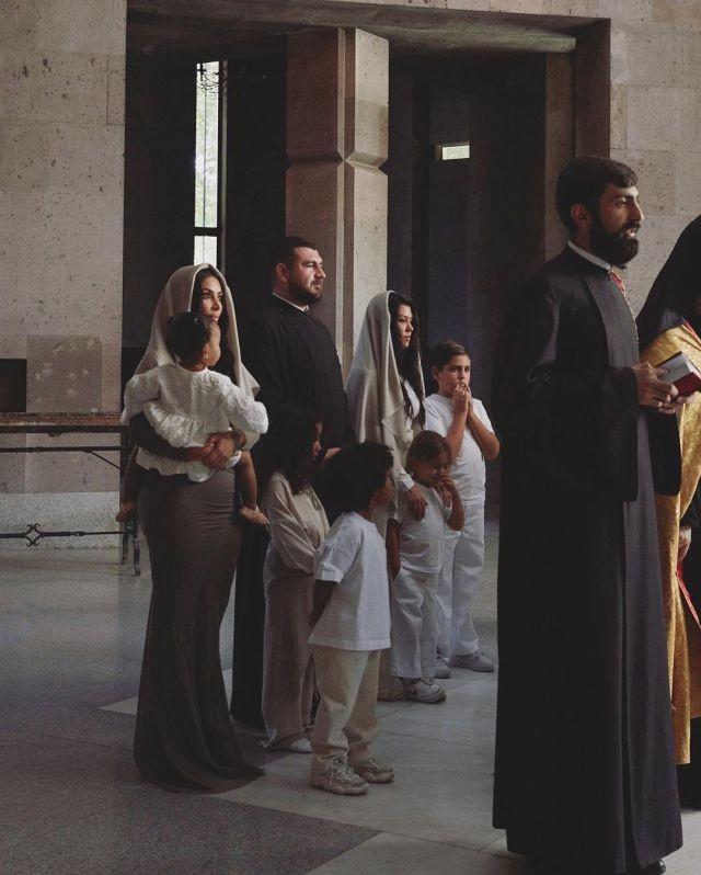 Ким Кардашьян прилетела на историческую родину (6 фото)