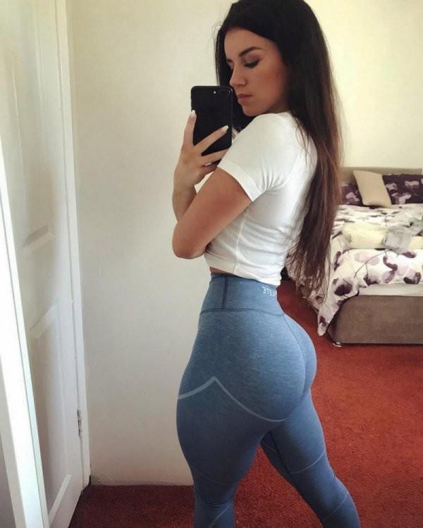 Сексуальные девушки в спортивных штанишках (33 фото)