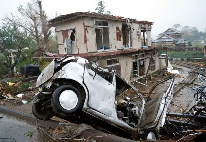 """Последствия от тайфуна """"Хагибис"""" в Японии (23 фото)"""