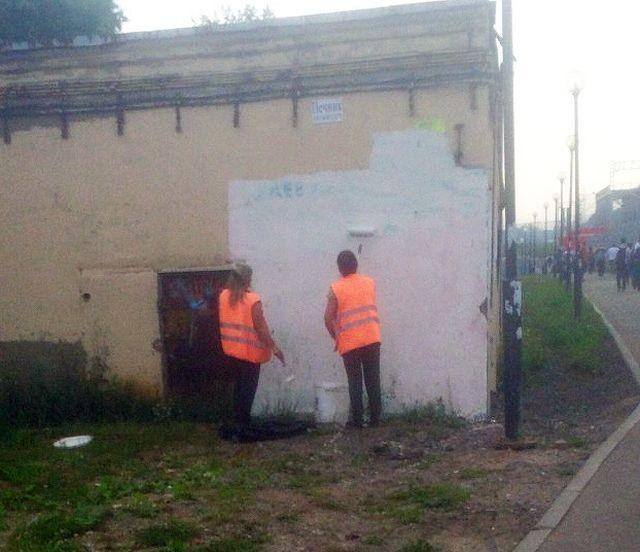 Победа коммунальщиков: Знаменитую граффити-стену разрушили (13 фото)