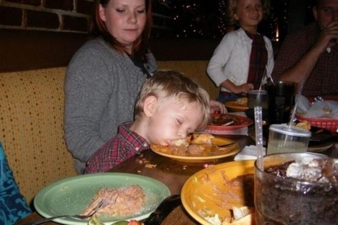 Очень странные дети в непонятных ситуациях (18 фото)