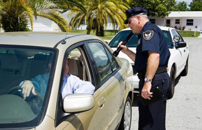 Зачем полицейские касаются задней фары остановленного авто (4 фото)