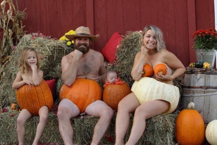 Веселая семейная фотосессия с тыквами (3 фото)