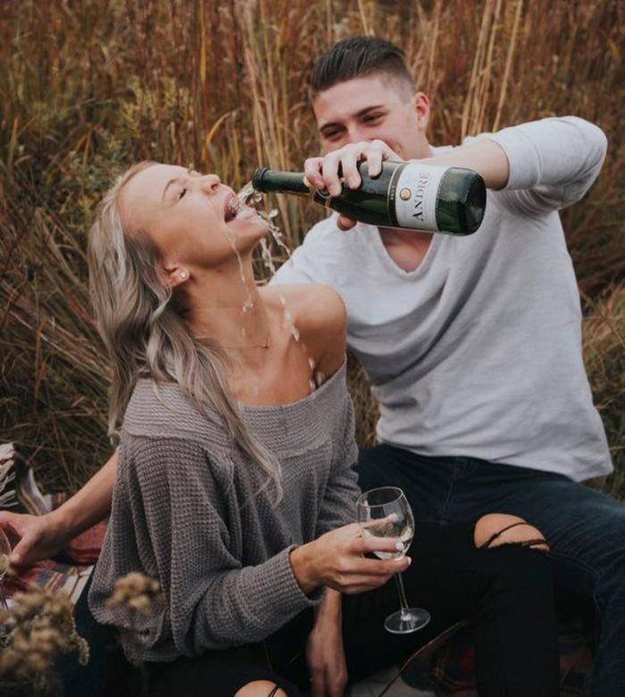 Жених с невестой решили повторить романтичный снимок (4 фото)