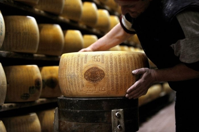 Итальянский банк, в котором кредитной валютой является сыр (6 фото)