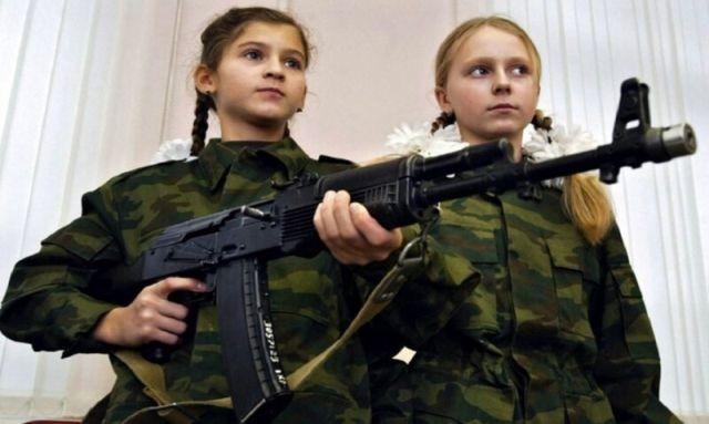 Минпросвещения планирует провести в школах урок по сборке АК-47 (2 фото)