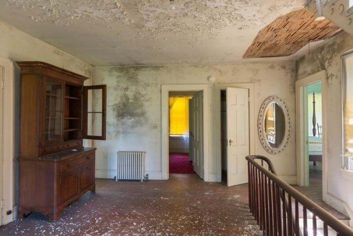 Фотограф нашел «типичный американский» заброшенный особняк (22 фото)