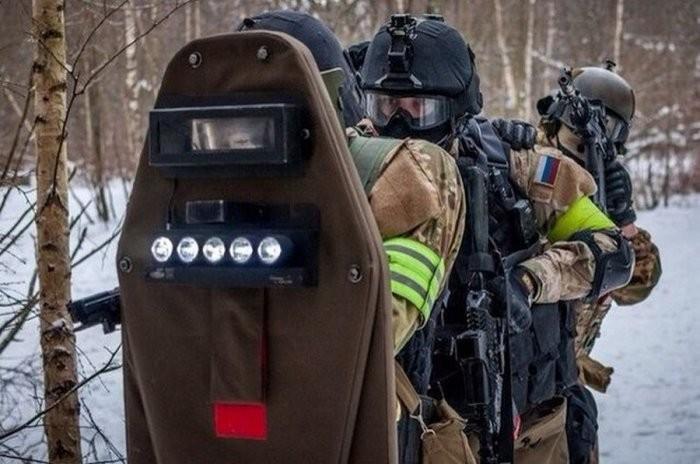 Зачем нужен красный круг на щитах спецназа (5 фото)
