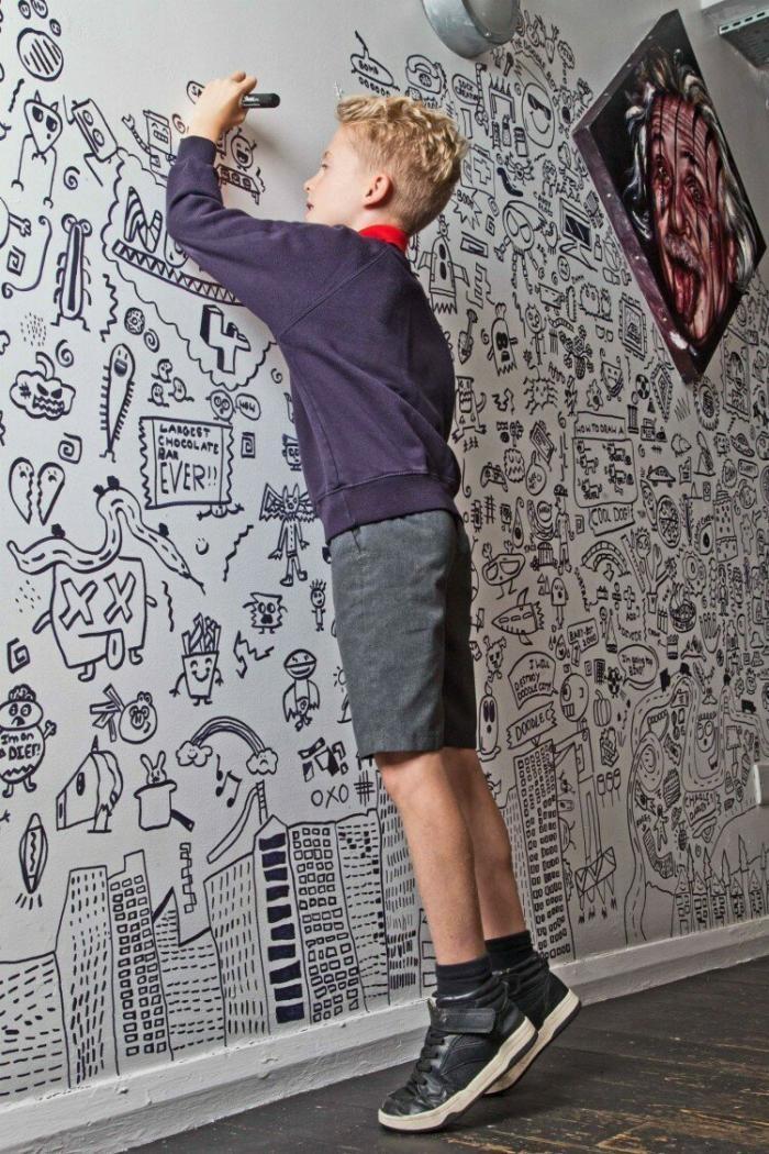 Мальчик любил рисовать в театради на уроках (3 фото)