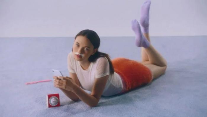 Реклама с усатыми девушками всколыхнула Интернет (5 фото)