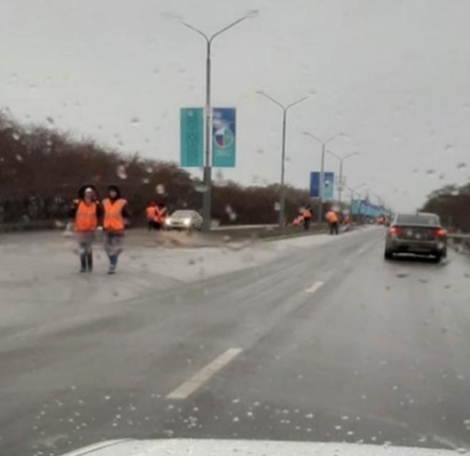 Перед приездом президента превратили дороги в ледяной каток (3 фото)