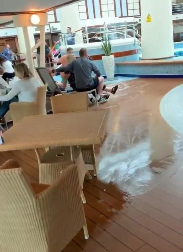 Как ведут себя британские пассажиры в шторм? (5 фото)
