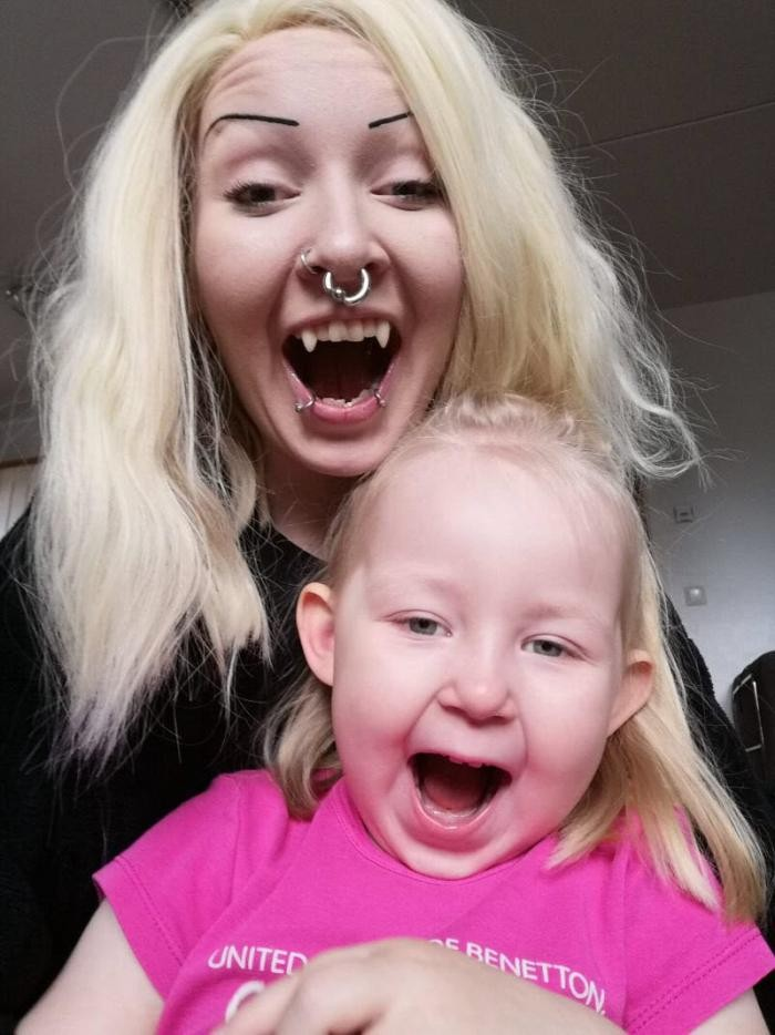 Фанатеющая от вампиров мамаша обзавелась постоянными клыками (9 фото)