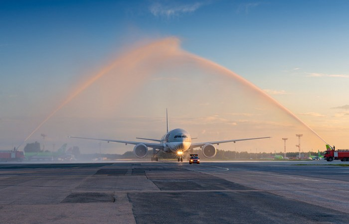 Зачем над самолетами включают струи воды на взлетной полосе (4 фото)