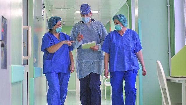 Стала известна средняя зарплата российских врачей (2 фото)