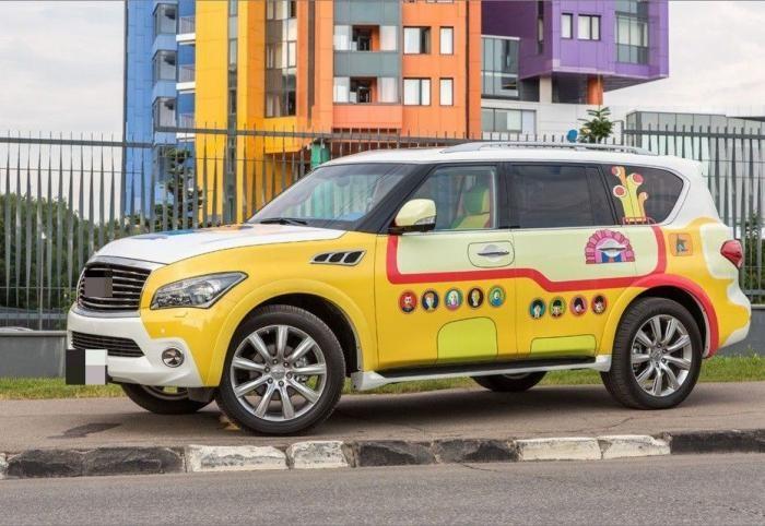 Водитель превратил авто в «желтую подводную лодку» (9 фото)