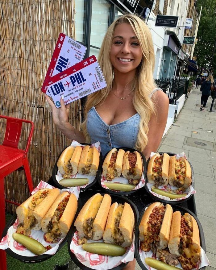 Хрупкая и миловидная девушка смогла съесть метровый хот-дог (9 фото)
