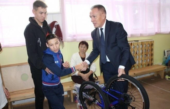Слепому — телевизор, не ходячему — велосипед (2 фото)