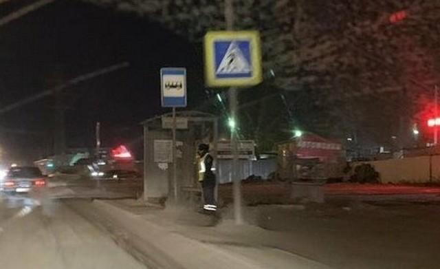 Жители Омска пожалели сотрудника ДПС (2 фото)