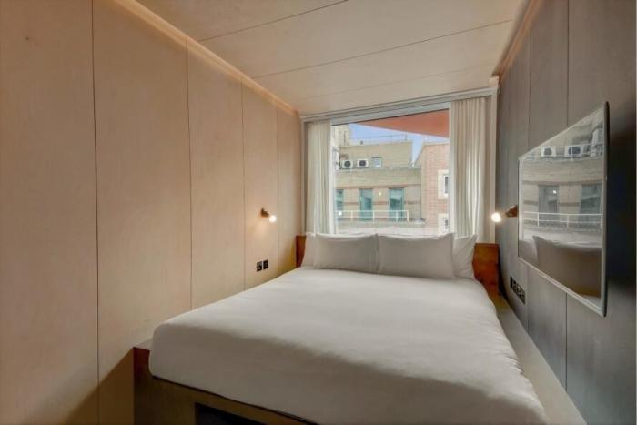 Отель из старых транспортных контейнеров в Лондоне (4 фото)