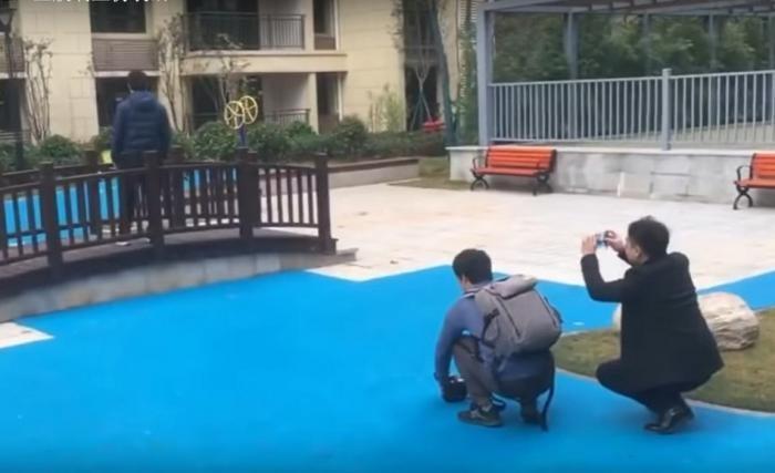 Китайский застройщик пообещал жильцам озеро, а сделал это (5 фото)