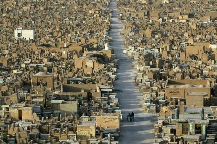 «Долина мира» – гигантское исламское кладбище (10 фото)