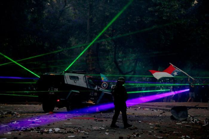 Использование лазерных указок протестующими разных стран (18 фото)
