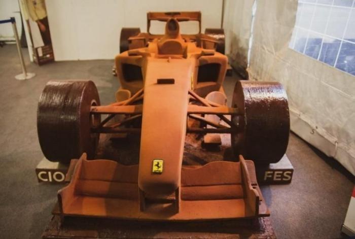 Полноразмерную копию болида Шумахера выполнили из шоколада (9 фото)