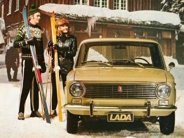 Рекламные плакаты с автомобилями из СССР (13 фото)