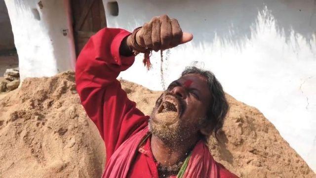 Индус уже 20 лет живет на очень странной диете (6 фото)