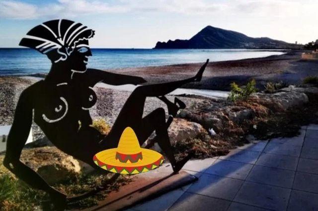 Туристы возмутились провокационными скульптурами в Испании (4 фото)