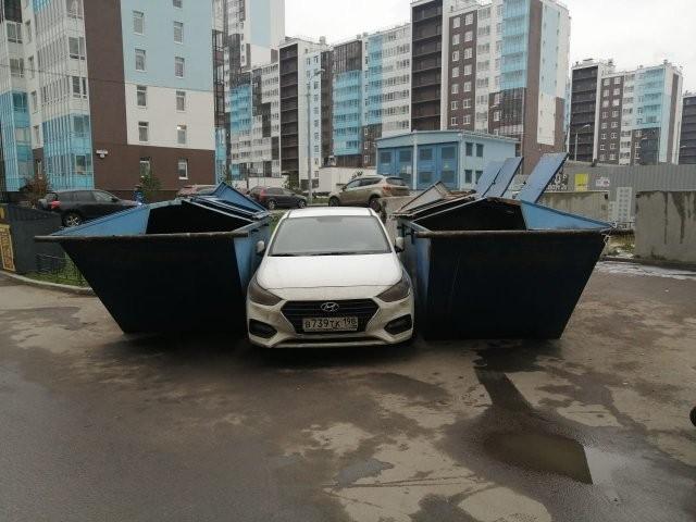 Мусоровоз наказал за неправильную парковку (2 фото)
