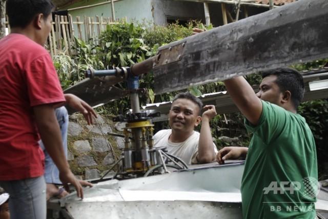 Индонезиец собрал собственный вертолет из мусора (9 фото)
