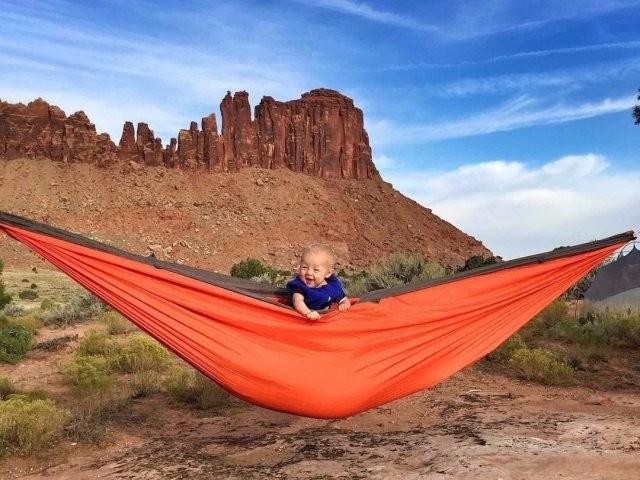 Мама-экстремал путешествует по миру и берет с собой ребенка (10 фото)