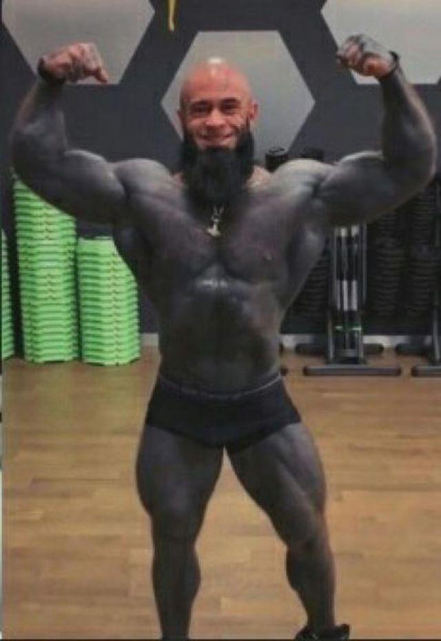 Фитнес-тренер превратил себя в гориллу (3 фото)