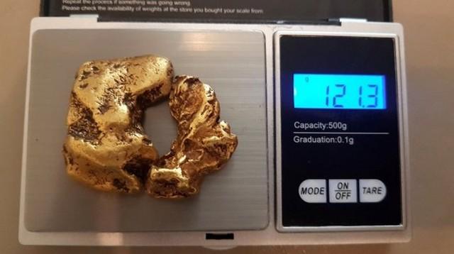 Золотоискатель нашел в реке «пончик» (3 фото)