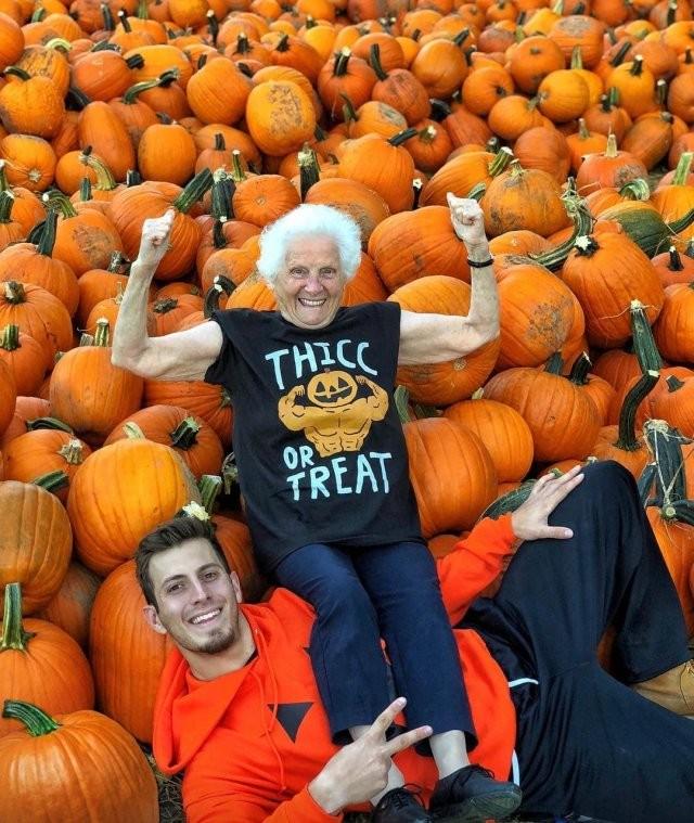 Бабушка с внуком фотографируются в безумных нарядах (20 фото)