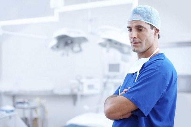 Зарплата дня: сколько получается пластический хирург (2 фото)