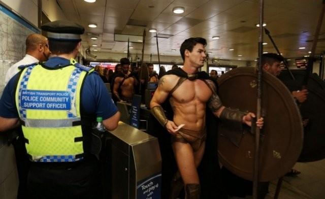 Не пугайтесь, если увидите в метро этих мужчин (10 фото)