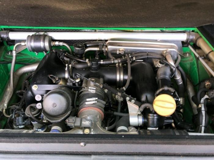 Volkswagen Transporter с мотором от Porsche и рулём по центру (19 фото