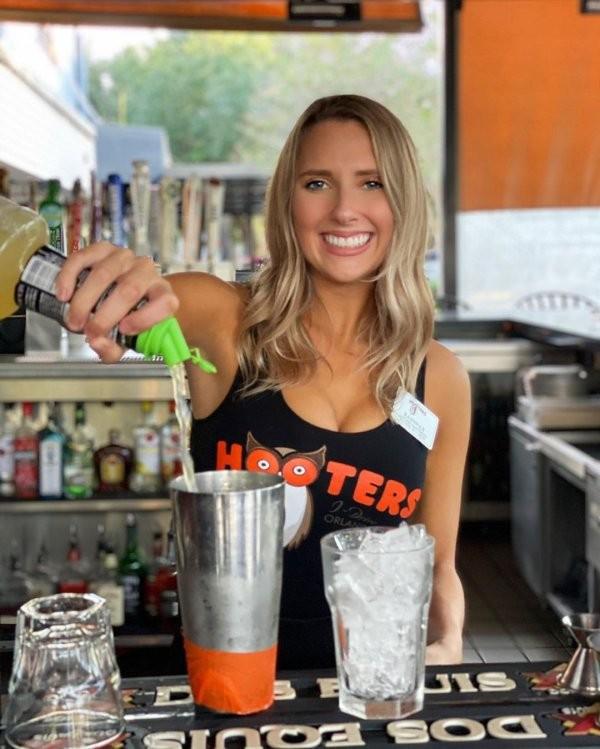 Официантки из ресторанов Hooters (30 фото)