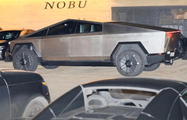 Илон Маск прокатился на своем Cybertruck в Малибу (4 фото)
