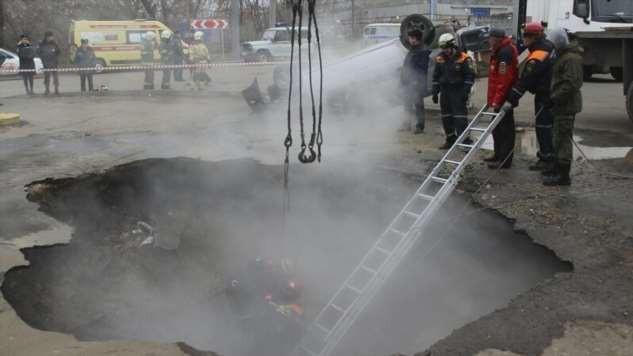В Пензе автомобиль провалился в яму с кипятком (3 фото)