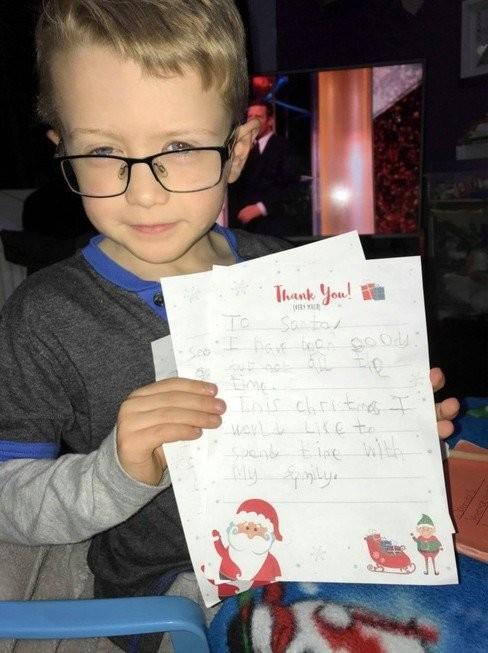 Мать расплакалась, узнав о желании сына на Рождество (4 фото)