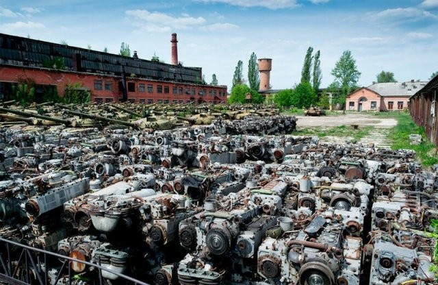 Красивые фотографии заброшенного бронетанкового завода (15 фото)