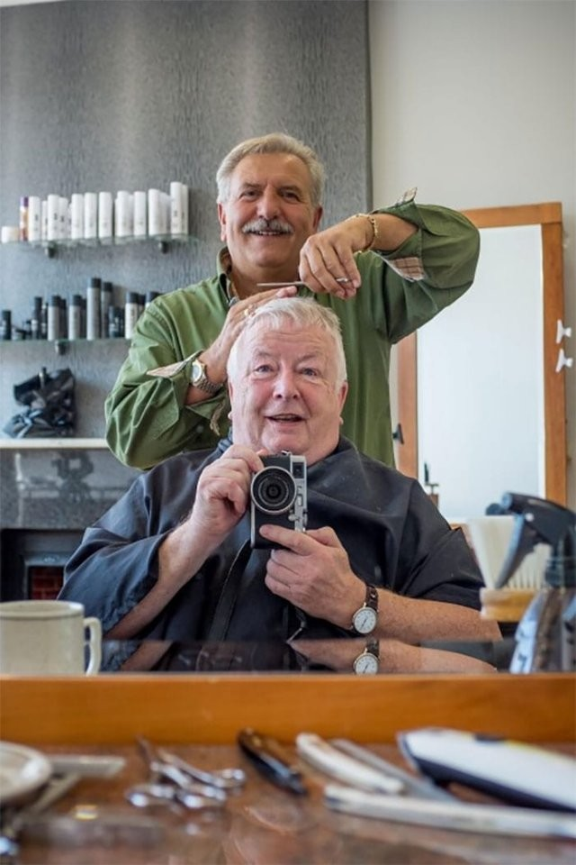 Британец в течение 40 лет ходил к одному парикмахеру (8 фото)