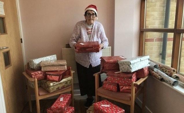 80-летняя бабушка решила поработать Санта-Клаусом (2 фото)