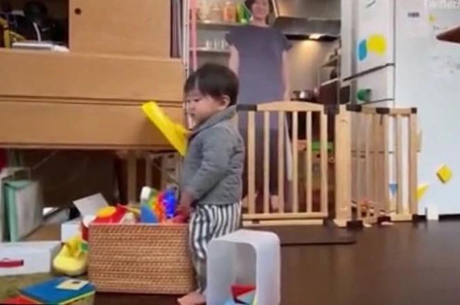 Японка решила успокоить ребенка своей картонной копией (5 фото)